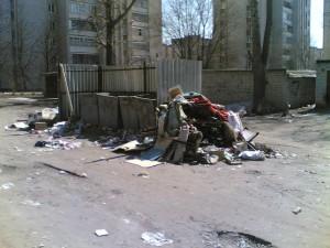 Помойка во дворе дома ул.Громобоя, дома 54, 56